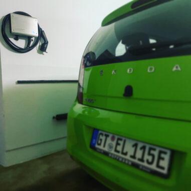Tinkerforge WARP Charger Pro an der Wand mit Skoda Citigo in grün